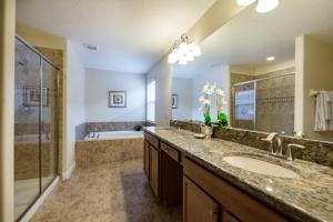 Uma casa de banho em Six-Bedroom Villa 8870