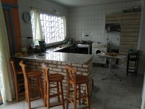 A kitchen or kitchenette at bahia norte e sul à seus pés