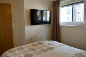 A bed or beds in a room at 1 Bedroom Apartment by The Shore Area of Leith Sleeps 2