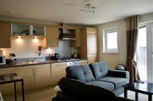 A kitchen or kitchenette at 1 Bedroom Apartment by The Shore Area of Leith Sleeps 2