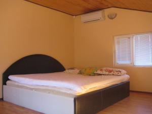 เตียงในห้องที่ Villa Brestnik