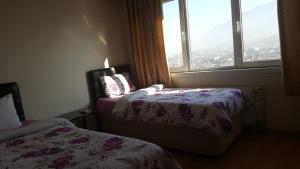 سرير أو أسرّة في غرفة في شقق لونا