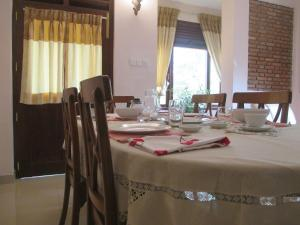 A restaurant or other place to eat at Kandyan Residence