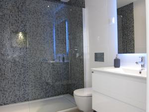 A bathroom at Quarteira Paul Harris Apartment