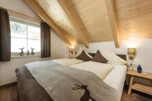 A bed or beds in a room at AlpenParks Hagan Lodge Altaussee
