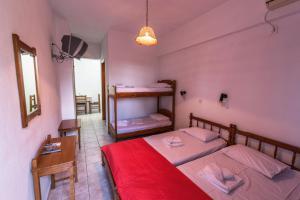 Bunk bed o mga bunk bed sa kuwarto sa Hotel Irini