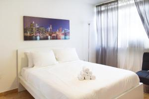 A bed or beds in a room at 713 Miami Beach Apartments