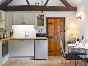 A kitchen or kitchenette at The Old Barn