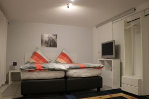 Ein Bett oder Betten in einem Zimmer der Unterkunft Ferien- und Monteurstudios