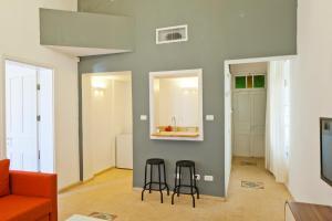 Uma TV ou centro de entretenimento em Cityinn Jaffa Apartments