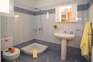 Uma casa de banho em Eleftheria Apartments