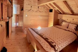 A bed or beds in a room at Alpen Lounge