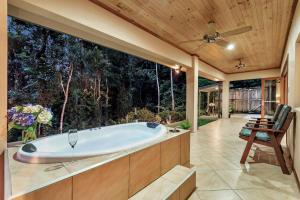 A bathroom at Platypus Springs Rainforest Retreat