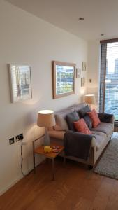 A seating area at The Maltings Tower Bridge Apartment
