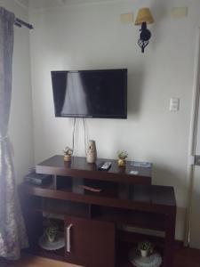 Una televisión o centro de entretenimiento en Casa Equeños