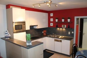 A kitchen or kitchenette at Sunshine family studio