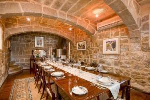 Restaurant ou autre lieu de restauration dans l'établissement 300 Year Old Expertly Converted Farmhouse with Pool