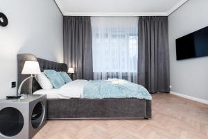 A bed or beds in a room at Noble Old Town Apartments