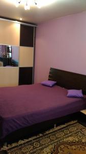 Кровать или кровати в номере Apartment on Karbysheva