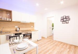 A cozinha ou cozinha compacta de Millben Apartment - Zizkov Tower