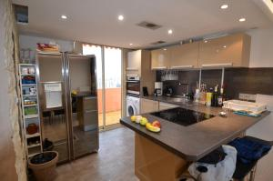 A kitchen or kitchenette at Appartement Rooftop 8 personnes grande terrasse avec parking Quartier Aéroport Nice