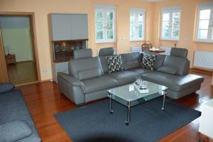 Ein Sitzbereich in der Unterkunft Schweizer Haus Wippra