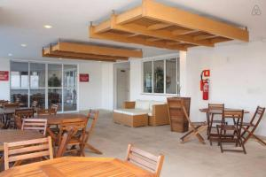 A restaurant or other place to eat at Apartamento Lopes em Cabo Frio