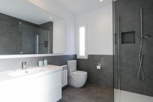 A bathroom at General Orgaz 14