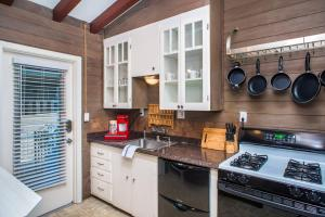 A kitchen or kitchenette at Three-Bedroom in Point Loma