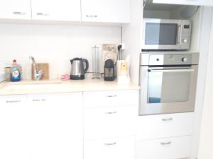 A kitchen or kitchenette at Apartment in the center Ashdod