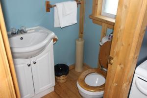 A bathroom at Chalets Nature Océan