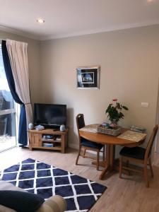 Телевизия и/или развлекателен център в Lavender Hills Luxury Apartment in Greenhithe
