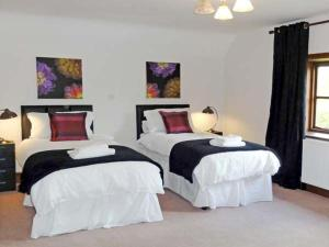 A bed or beds in a room at Brynich Villa
