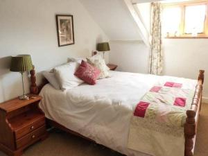 A bed or beds in a room at Deer Farm Cottage