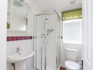 A bathroom at Pine Tree Lodge