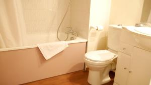 A bathroom at Le Grand Chalet - Le Studio