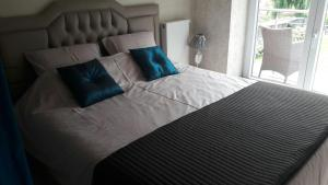 A bed or beds in a room at Patsy's Vakantiewoning in Alveringem Westhoek