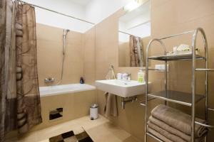 Un baño de The Barts Apartments