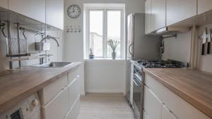 A kitchen or kitchenette at Lovely Apartment near Beach & Metro