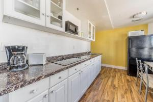 A kitchen or kitchenette at 9th and Ocean Dr Penthouse Apartments