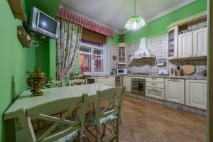 A kitchen or kitchenette at Квартира у м. Сокол