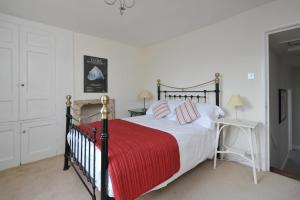 A bed or beds in a room at Walcott Street Apartment Opposite Hilton