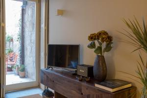 A television and/or entertainment center at HOMEinTOWN Almada