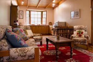 A seating area at Gellibrand River Gallery Accommodation
