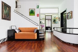 The lobby or reception area at La Casa del Barco