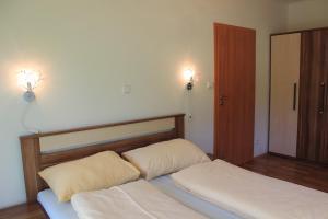Łóżko lub łóżka w pokoju w obiekcie Promenáda Lipno