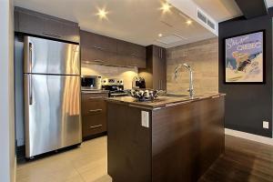 Cuisine ou kitchenette dans l'établissement 3 Bedroom Condo in Mont Saint Anne