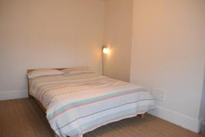 A bed or beds in a room at 2 Bedroom Flat in Central Brixton