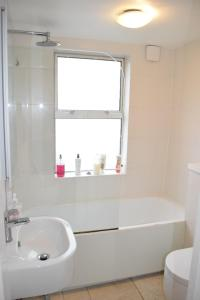 A bathroom at 2 Bedroom Flat in Central Brixton