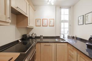Cuisine ou kitchenette dans l'établissement Windsor Court by Onefinestay